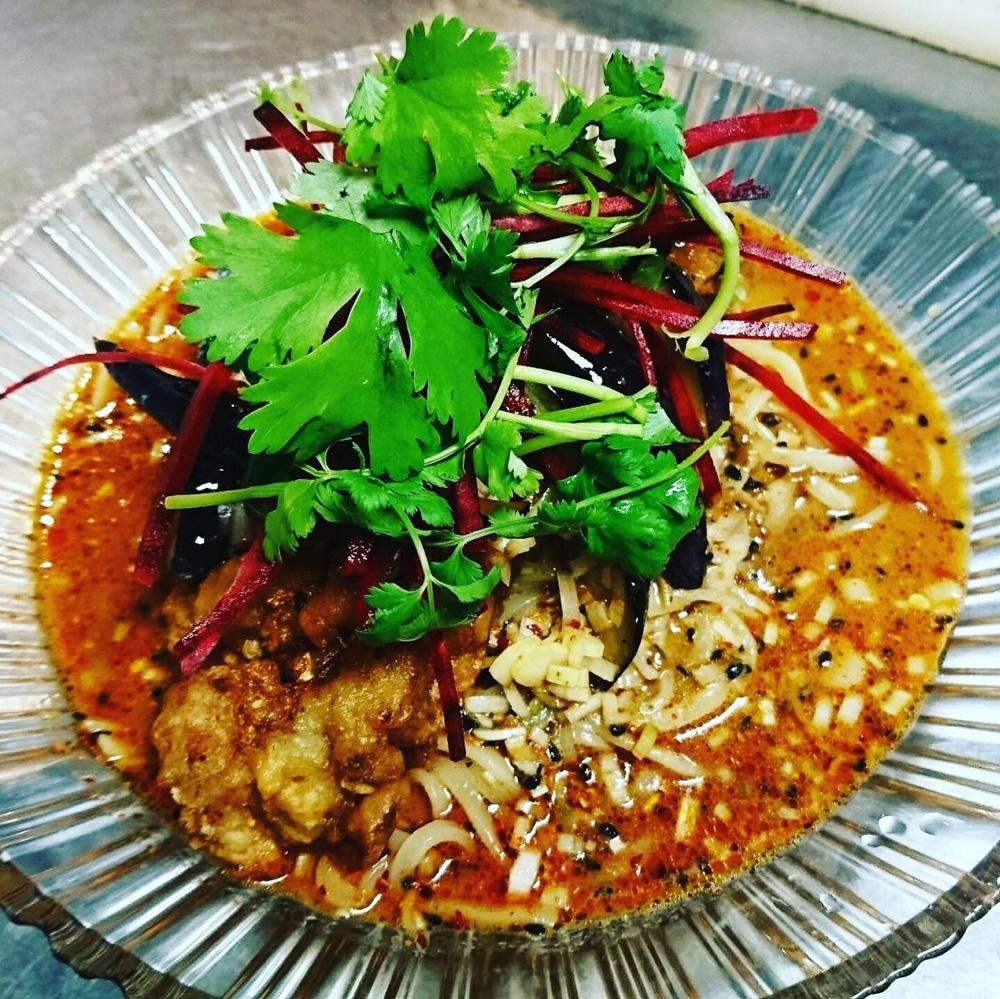 鶏のスパイシー揚げと茄子の冷やし担々麺